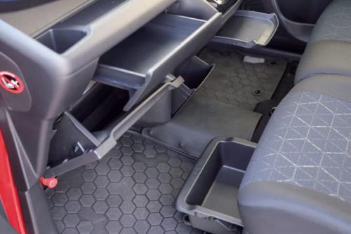 いかにも日本的な配慮と感じさせるのは小物入れの多さ。運転席まわりに8か所。助手席側などにさらに5か所の小物入れが設けられている。