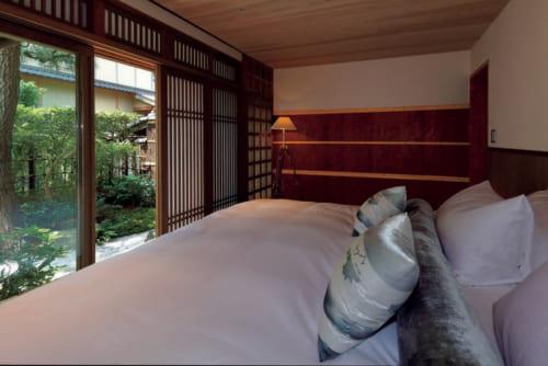 寝室のベッドマットレスはシーリー社の特別注文品だ。朝食用に老舗『八代目儀兵衛』の米、『柳桜園茶舗』のほうじ茶が備わる。