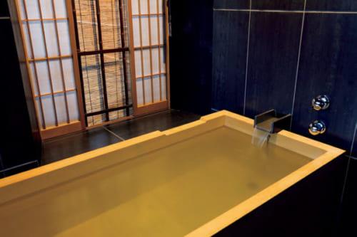 同室の浴室には檜ひのき風呂とシャワールームがある。アメニティは椿油を使った商品で知られる祇園の『かづら清』。