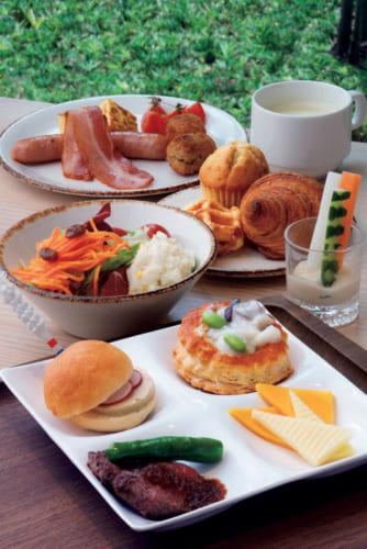 朝食ブッフェの一例。ひとり2000円。手前の皿は柚子ジャムを挟んだフォワグラバーガー、ヴォローヴァン、チーズ、牛肉ステーキ。パンは14種類用意。豆乳粕汁のラーメンも人気という。