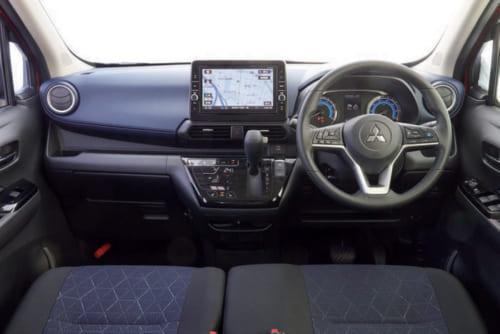 カーナビゲーション画面は専用設計で室内によく調和。水平基調なので前方視界も確保されている。運転席の着座位置は前後・高さ調整可能だ。