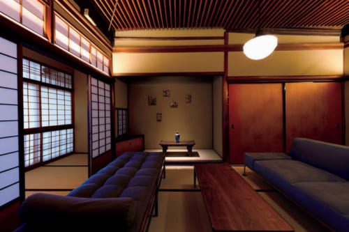 かつて「ほら貝の間」と呼ばれた同室のリビング。床の間には下鴨の骨董店が選んだ調度品が置かれる。