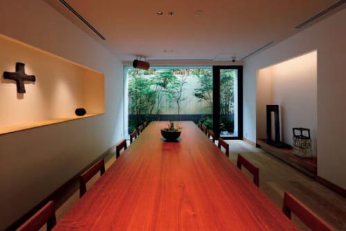 町家1軒分の敷地に立つ『麩屋町通I』のラウンジ。「ギャルリ百草」を主宰する安藤雅信さんの作品を随所に展示している。