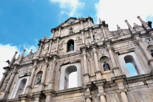 ●聖ポール天主堂跡 イエズス会により、1602年から40年近い歳月を費やして完成。アジア最大のカトリック教会だったが、1835年に木造の堂宇は焼け落ち、石造りのファサードのみが残る。中央に聖母マリア、その右下がザビエル。レリーフには漢文が刻まれ、東洋では神獣の龍を悪魔として描くなど、布教への意欲がにじむ。