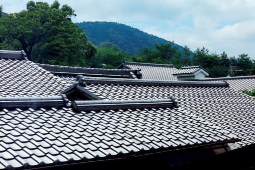 2階の和室からは、高台寺とそれに続く周辺の町家の屋根瓦を眺めることができる。美しい連なりに伝統美を感じる。