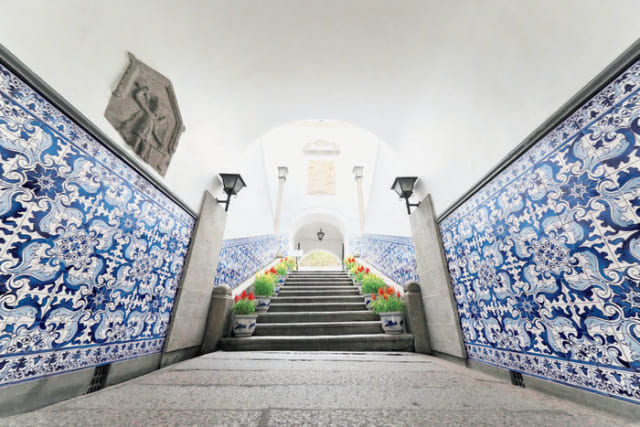 ●市政署(旧民政総署) セナド広場に面した、ポルトガル統治時代の議事堂。壁面のタイルは「アズレージョ」。イスラムからポルトガルへ伝わった装飾で本来は多彩色だが、景徳鎮や有田の染付磁器への憧あこがれで青一色となっている。世界遺産。