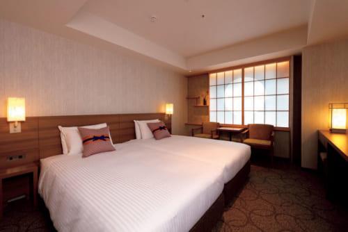 広さ21.7平方メートルのモデレートツインは、客室数最大の90室。障子窓にはうっすらと丸い円相が浮かび上がる。