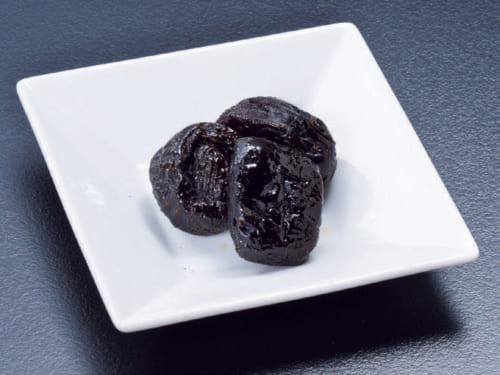 アメリカの生産者が有機栽培で育てたカリフォルニアプルーンを常備。思いついた時に3粒ほどずつ、1日10粒ほど食べる。鉄分が多く、腸内環境を整える食物繊維も豊富だ。