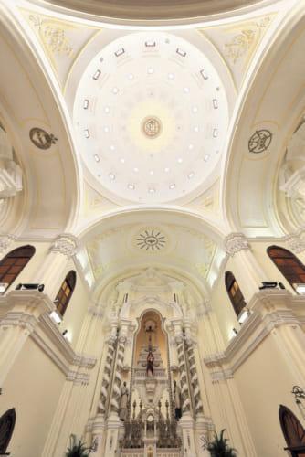 ●聖ヨセフ修道院 および聖堂 マカオの世界遺産のひとつで1758年、イエズス会により建立。堂内にザビエルの遺骨を安置する。天蓋中央の「IHS」はイエズス会の紋章。マカオの多湿な気候を考慮して、天窓が設けられている。