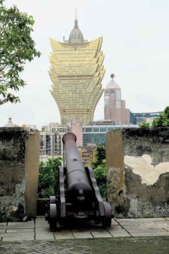 ●モンテの砦 博物館の上、市街を見下ろす丘に築かれた要塞跡。数十門の大砲を構えて新教勢力のイギリス、オランダに対抗した。奥は2008年開業の58階建てホテル『グランド・リスボア』。新旧の施設が入り交じるのがマカオの面白さ。