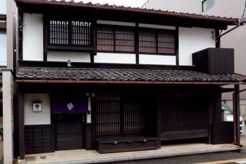 2019年3月開業。建物は総2階の様式で、軒上には厄除の鍾馗さんが載る。受付は京都駅八条口前にあるフロントで行なう。