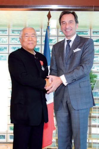 """4年前に""""レジオン・ドヌール勲章シュバリエ""""を受勲。ティエリー・ダナ駐日フランス大使より勲章を受け取る。40年近くにわたり、日本とフランスを結ぶ""""食の伝道師""""としての活動が評価されての栄誉だ。"""
