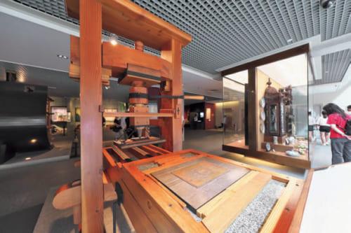 ●マカオ博物館 聖ポール天主堂跡のそばにある。写真は少年使節が日本へ持ち帰ったグーテンベルク式印刷機の複製。使節は帰路、マカオに2年ほど滞在。その間にマカオ初の出版物も印刷された。
