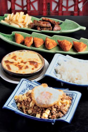 『老地方』のアラカルト。手前からミンチィ、バカリャウ(タラ)のグラタン、蝦多士(ハトシ)、黒豚ほほ肉のグリル。食材は塩も含めポルトガルから個人輸入。注文に応じて作る「プライベート・ディナー」も受け付けている。「老地方」は「いつもの場所で会いましょう」という中国の決まり文句。