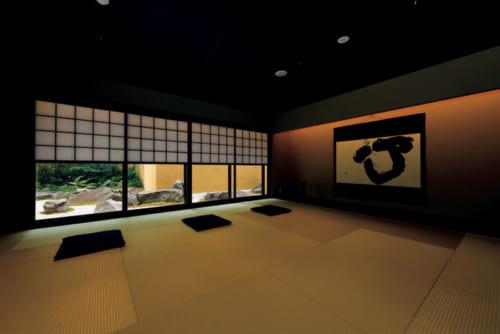 『麩屋町通II』にあるTatami Salon(タタミサロン)。窓の外は枯山水風の坪庭がある。10時~18時に利用でき、禅やヨガのプログラム(有料)も実施。