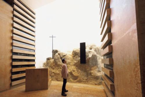 ●地下納骨堂 左右の棚に殉教キリシタンの遺骨を安置。奥の墳墓は、信長とも交流して日本人の勤勉さを高く評価し、天正遣欧少年使節(次ページ)を企画したイエズス会士・ヴァリニャーノのものという。