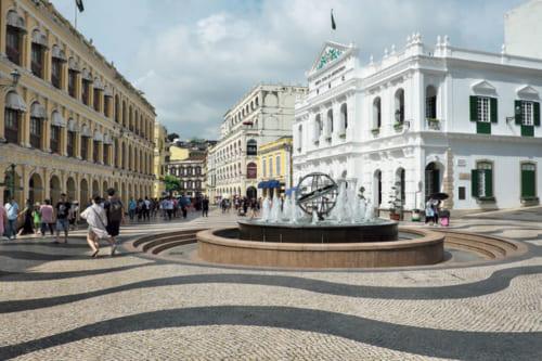 ●セナド広場 世界遺産「マカオ歴史市街地区」には22の建物と8つの広場が登録され、広場の代表がここ。「カルサーダス」と呼ばれる石畳の路面は、ポルトガルの職人がポルトガルの石材で施工した。噴水中央の地球儀が大航海時代を物語る。