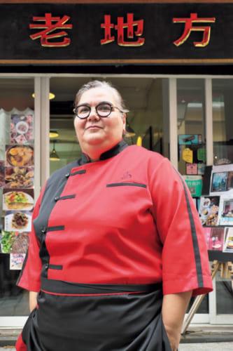『老地方』オーナーシェフでマカエンセのアンナさん。「4代前までは遡さかのぼれるけど、その前はわからないわね。いつからマカオにいるのかしら」と笑う。