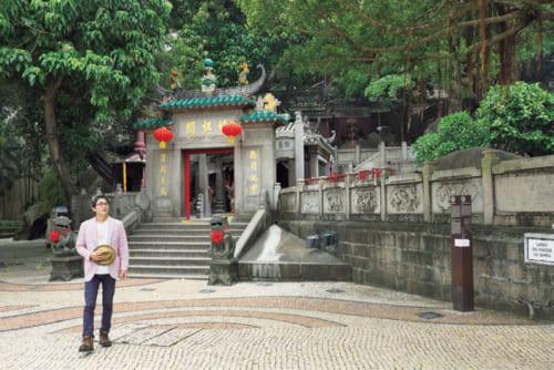 ●媽閣廟(マアコツミユウ) 中国の海の女神・媽祖(まそ)を祀るマカオ最古の寺院。世界遺産。マカオ半島西南端にある。16世紀初め、ポルトガル人はこの付近に初上陸。住民に地名を尋ねたところ、寺の名と勘違いして「マァコッ」と答えたのが「マカオ」の由来とされる。中国語ではマカオは「澳門(おうもん)」と表記される。