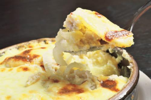 バカリャウのグラタン。玉葱、ジャガイモ入り。タラの繊維が独特の食感。本国にも似た料理がある。