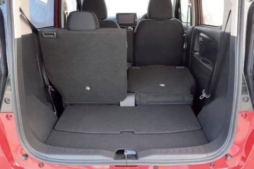 後席は左右別々に倒すこともできる。手前の荷室の床は硬い板でできており、床下には深さ8cmのサブトランクが設けられている。