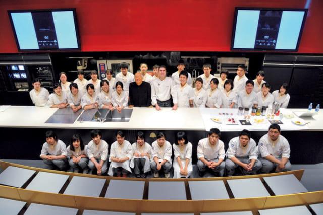 """スペインから招聘した料理大学のルイス教授(服部さんの右)と、服部栄養専門学校の学生たちと一緒に。服部さんは今も全クラスの""""食育""""の授業を担当している。"""