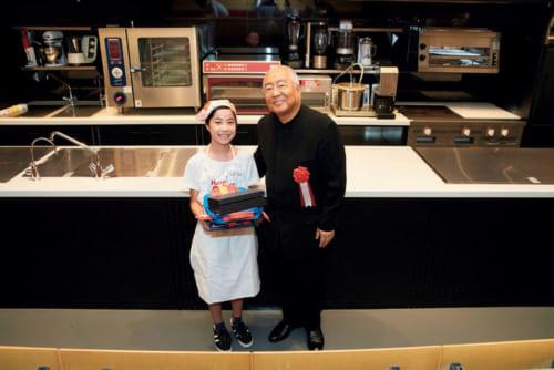 『ハットリ・キッズ・食育・クッキングコンテスト』の昨年の優勝者、石田千南美さん(小学6年、埼玉県)を称たたえて記念写真。同コンテストは小学1年~6年生が対象だ。