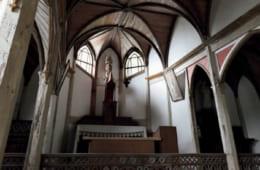 世界遺産の構成資産内にある旧五輪教会。傘を開いたようなコウモリ天井の下、イエスを抱いた聖ヨセフ(イエスの養父)が佇む。手前の聖体拝領台(柵)の意匠は大浦天主堂(長崎市・世界遺産)と共通。鳥の声と波の音が堂内にこだまする。