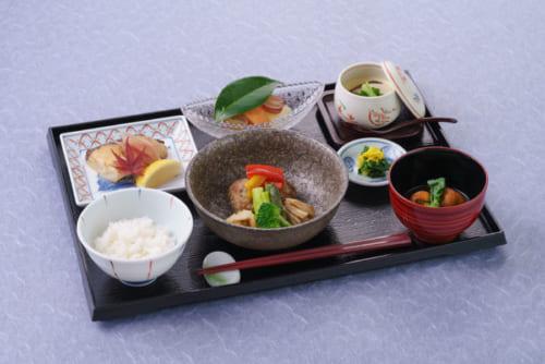 ラウンジで供される新鮮な旬の食材を使った食事は、専任スタッフが館内で調理を行っている(有料・予約制)。