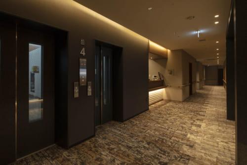 大型エレベーター2基を備え、日中はロビーには専任スタッフが常駐する(夜間は警備会社が対応)。廊下手すりを装備した共用部分は上質な設えだ。