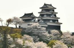 肱(ひじ)川を天然の水堀として築かれた大洲城。四重四階の天守は、平成16年(2004)に再建された