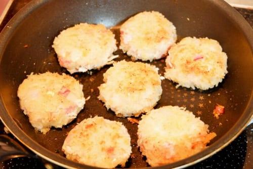 フライパンにサラダ油を熱し、コロッケを両面こんがりと焼いたら完成