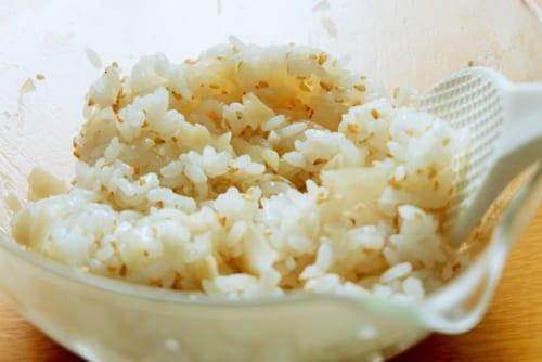 甘酢生姜は刻み、白ごまと一緒に炊いたご飯に混ぜ、さましておく