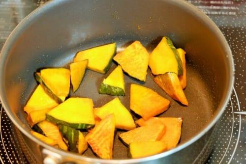 フライパンに油を熱し、かぼちゃを中火で両面焼いていく