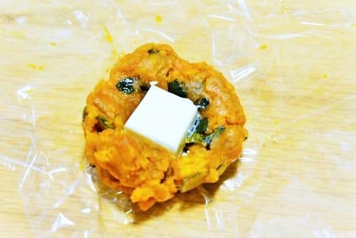 ラップにかぼちゃをのせ、クリームチーズを入れる