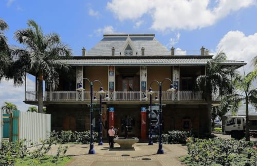 "ブルーペニー博物館。コロニアルスタイルの建物。館内は撮影禁止。Blue Penny Museum[""File: Blue Penny Museum, Port Louis, Mauritius.JPG"" by MGA73bot2 is licensed under CC BY-SA 1.0"