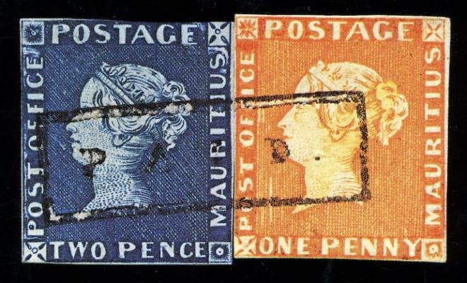 (左)青色の2ペンス切手、(右)赤色の1ペニー切手。青と赤の2枚が展示されているのは世界でもブルーペニー博物館のみ。