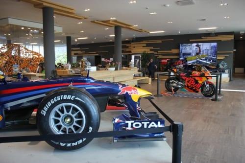 往年のレーシングカーやバイク、オフロードカーや飛行機などが展示