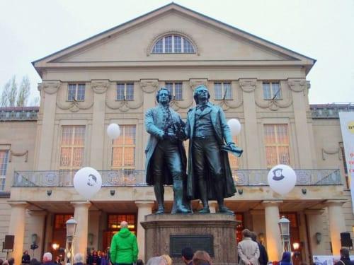 ゲーテとシラーの像が立つ国民劇場はワイマール憲法が採択された場所。