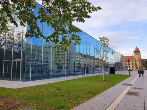 バウハウス・ミュージアム」は、ガラス張りの箱の中にブラックボックスと呼ばれる2階の展示フロアが浮かぶような構造。