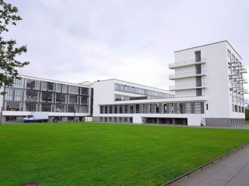 学生寮(右側の建物)に泊まり当時のバウハウス人に思いを馳せてみたい。1泊40ユーロ~。