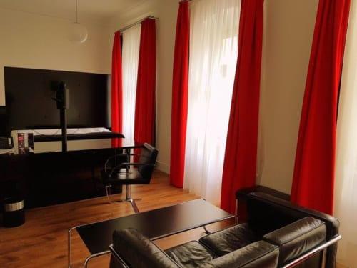 モダンなインテリアを設えた広々とした客室。中庭を取り囲む回廊も趣がある。