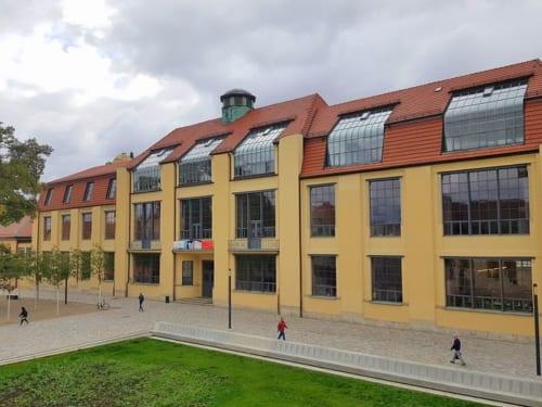 1996年に「バウハウス大学」として生まれ変わり、現在は多国籍の学生たちが学ぶ。