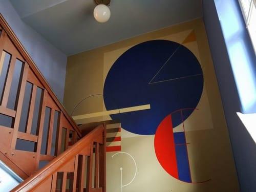 バウハウスデザインの基本にある3つの形と3原色を用いたヘルベルト・バイヤーの壁画。