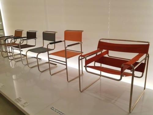 世界初のスチールパイプ椅子を生み出したブロイヤーの名作がずらり。