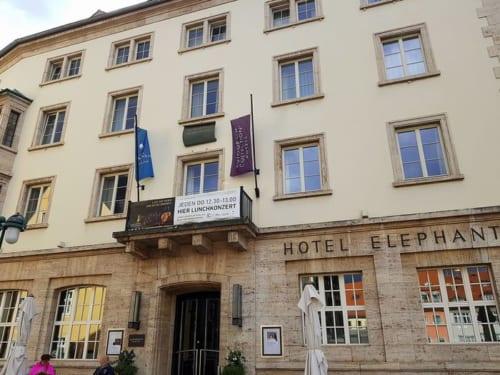 ホテル・エレファント入口上方のバルコニーでは、かつてヒトラーが演説を行った。