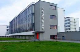 ガラスのカーテンウォールで覆われた校舎はバウハウスの象徴ともいえる建物。
