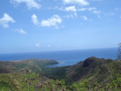 セッティ湾展望台からみたウマタック湾。眼下に雄大な山々とはるか昔、火山噴火時に形成された黒い枕状溶岩を、遠くにココス島を見ることができる。