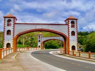 ラエラエ川に架かるウマタック橋。その様相からスペイン統治時代の建造物と思われがちだが1980年代、当時の知事リカルド・ボダリオの指揮のもと建てられたもので2017年4月に改修工事が完成し、螺旋階段をのぼって中に入れるようになった。