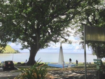 マゼラン上陸から約400年後の1926年、ウマタック湾の岸辺に建てられた高さ4メートルの白いオベリスク碑には「1521年3月6日マゼランがこの近くに上陸した(Ferdinand Magellan Landed Near This Place)」とだけ刻まれている。